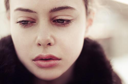 Nærbillede af trist kvinde