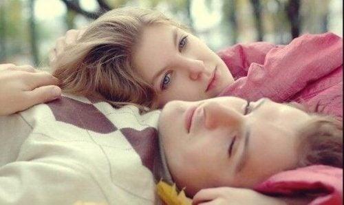 tænkende ungt par