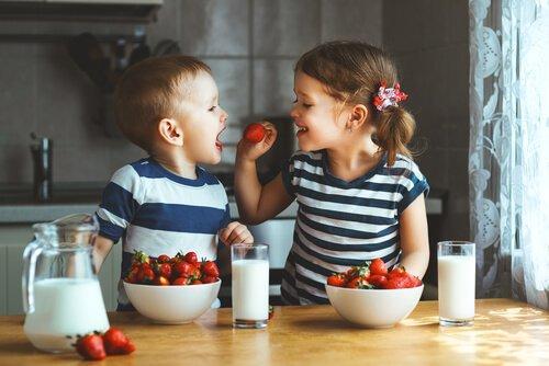 tvillinger sætter en masse jordbær til livs