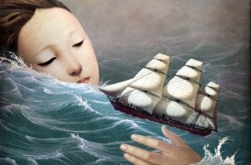 Kvinde i et hav med et skib