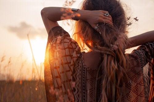 Kvinde er spontant og kigger på solen