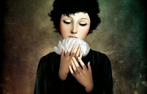 Kvinde med hvide blomster tænker på lykken
