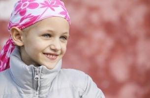 Smilende pige repræsenterer børn med kræft