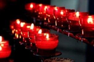 Lys i røde lysestager