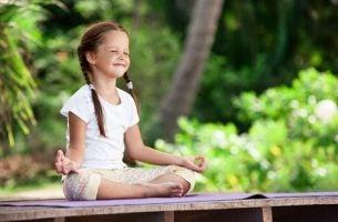 En glad pige mediterer
