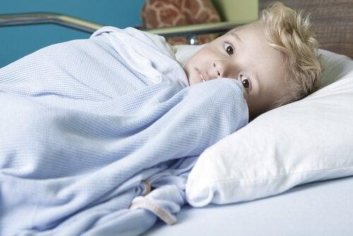Kræftramt dreng i seng