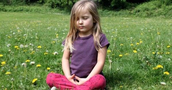 Pige, der anvender mindfulness for børn