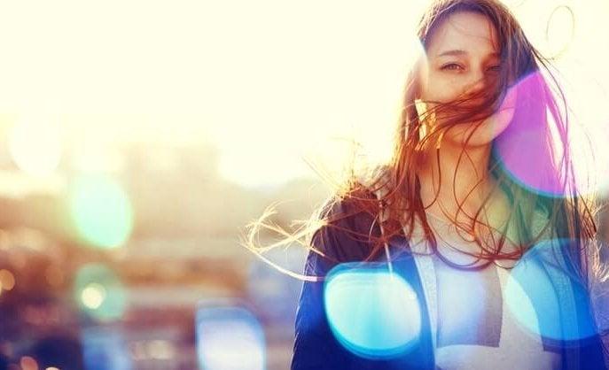 Kvinde med vind i håret