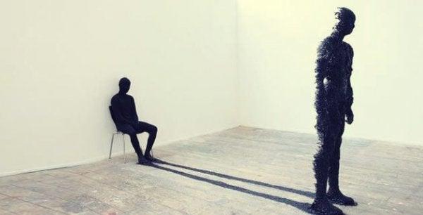 Stor figur står med siddende skygge