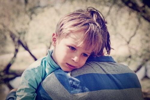 Far krammer dreng for at forebygge børneselvmord