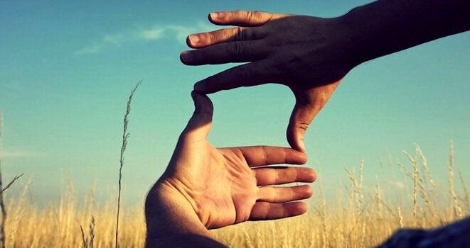 To hænder danner en ramme som illustration af horisontal tænkning