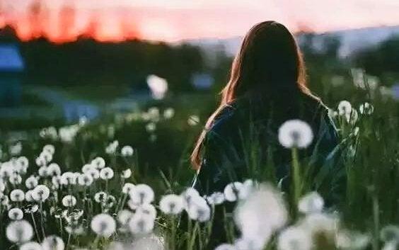 Kvinde alene på mark er god ved sig selv