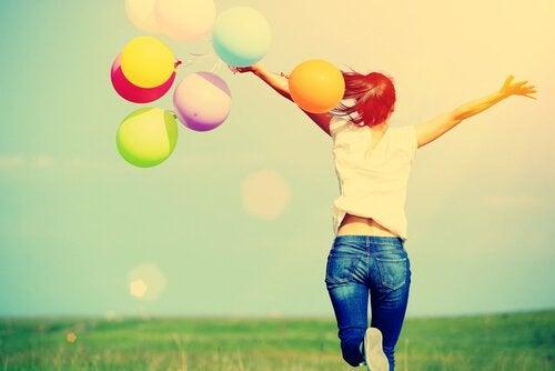 Kvinde med arme og hoved og balloner i hænder
