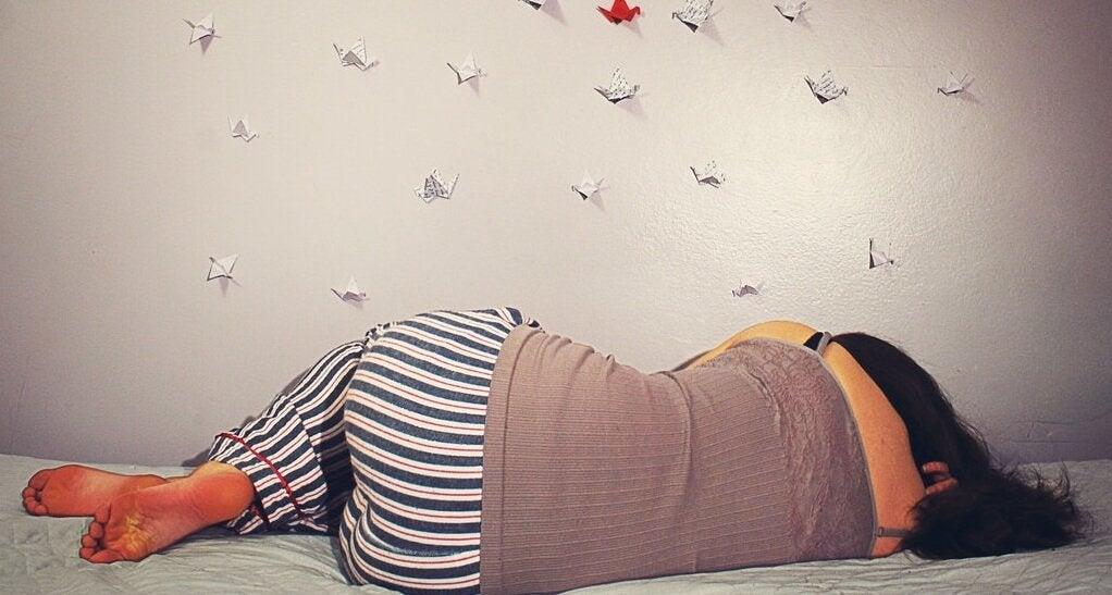 Kvinde sover på siden