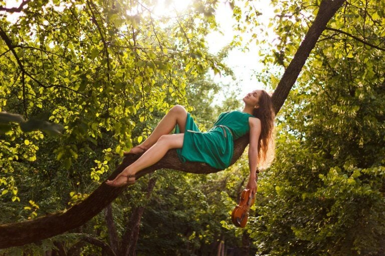 Kvinde hviler i træ
