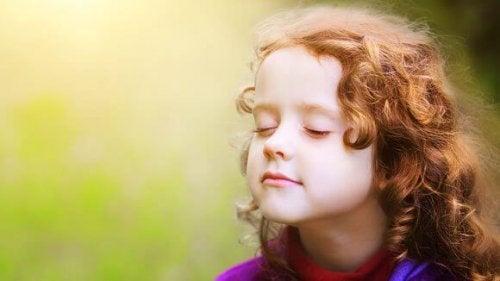 Pige udøver mindfulness for børn