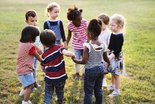 Børn leger sammen