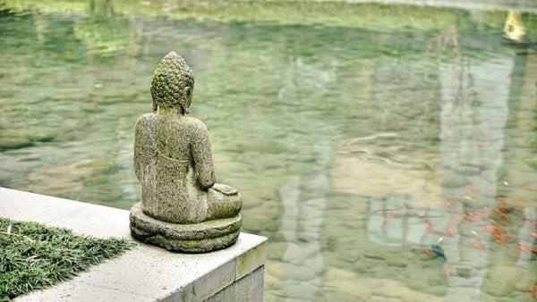 Buddha statue ved vand