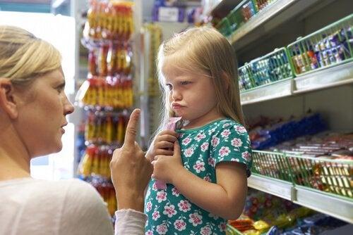 Mor prøver at forhindre raserianfald i butik