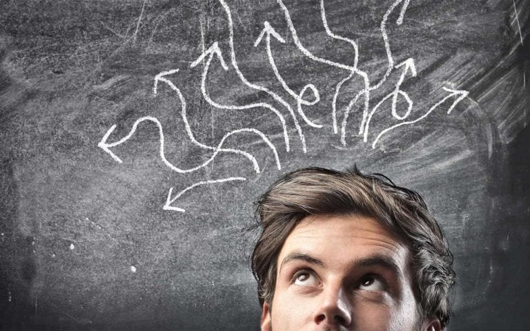 Mand med pile ud af hoved er forvirret over de forskellige typer af psykologisk terapi