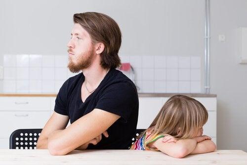 Far prøver at ignorere barn for at forhindre raserianfald