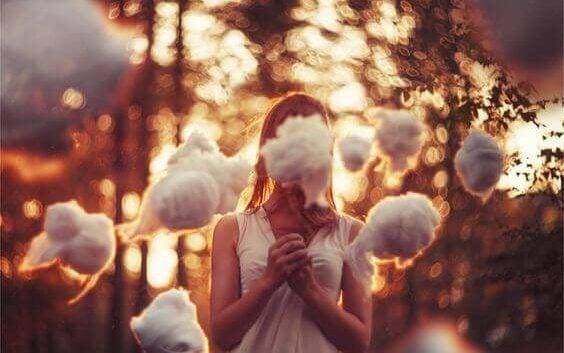 Kvinde med sky foran ansigt
