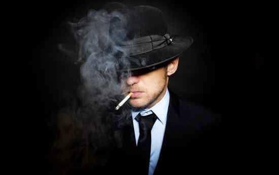 Mand ryger i mørke