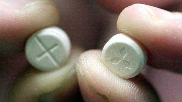 Piller holdes mellem fingre