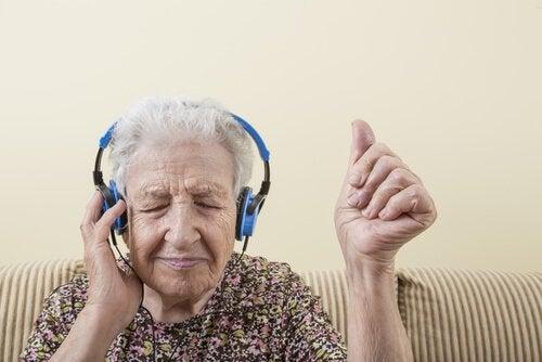 Ældre person lytter til musik i høretelefoner