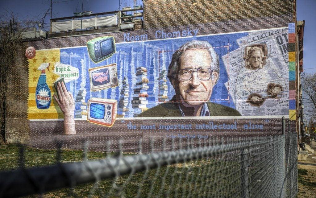 Billede af Noam Chomsky på mur