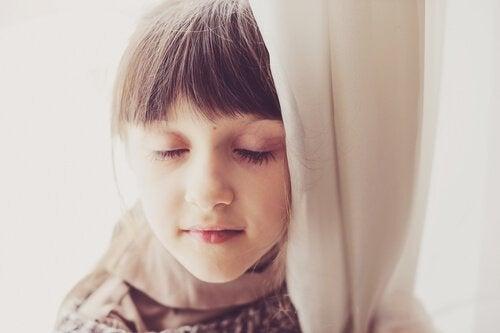 Pige slapper af med lukkede øjne