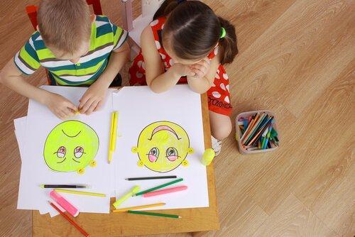 Børn tegner ansigter som del af emotionel-læsning