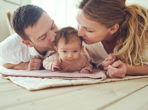baby med forældre, der repræsenterer prænatal psykologi