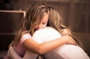 Mor krammer datter