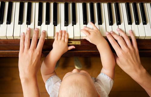 Sammenhængen mellem musik og intelligens kan få forældre til at lære deres børn at spille klaver tidligt