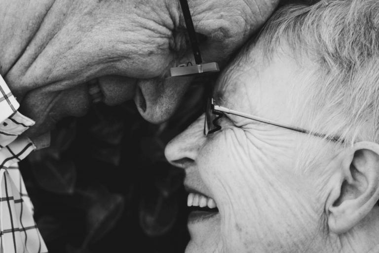 Smilende bedsteforældre