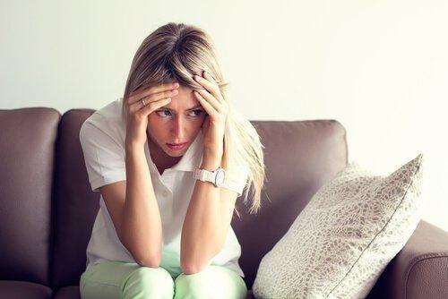 Kvinde tager sig til hoved og er bekymret over gængse sexproblemer