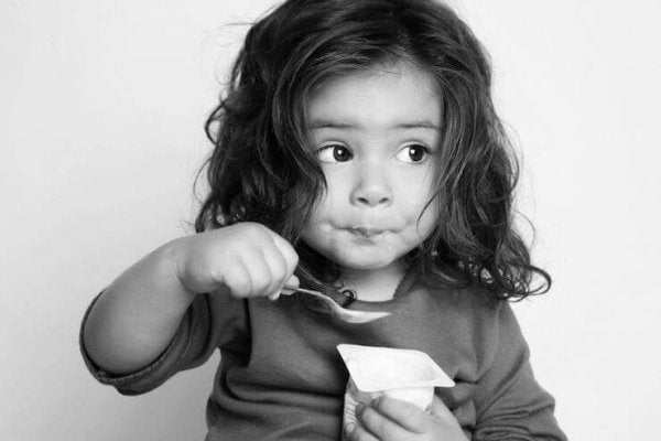 Barn der spiser yoghurt
