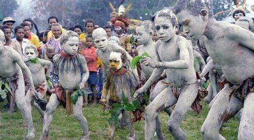 Børn i Papua Ny Guinea udfører besynderlige seksuelle traditioner