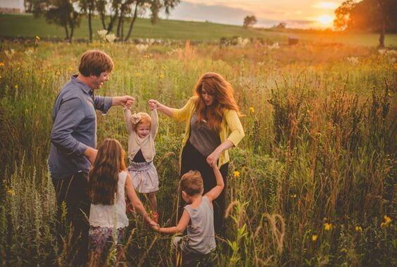 familie danser i blomstrende eng