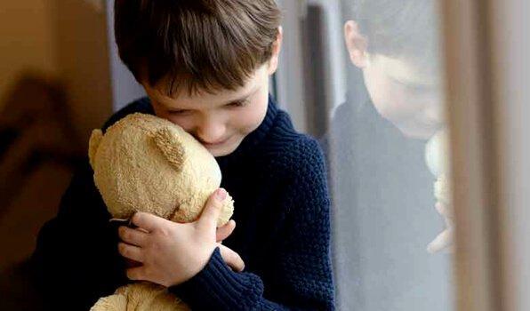 Dreng med bamse har separationsangst