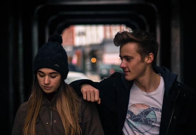 Dreng kigger betaget på pige