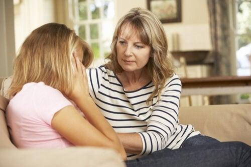 En mor, der trøster sin teenagedatter