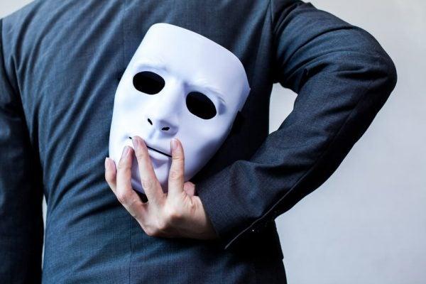 Mand med maske bag ryg