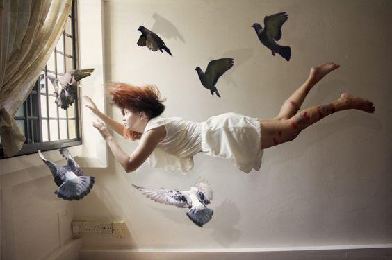 kvinde og fugle flyver
