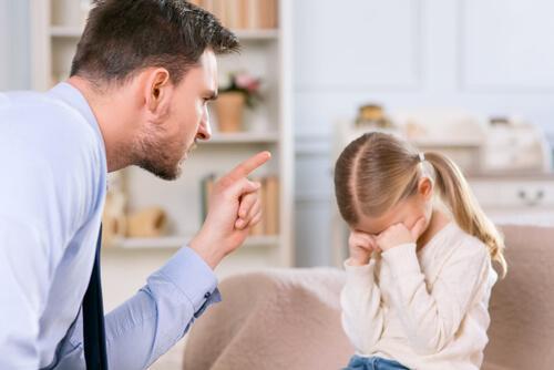 Far, der skælder ud på sin datter