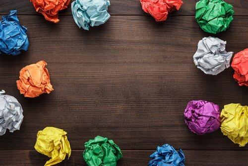 Papirkugler i forskellige farver