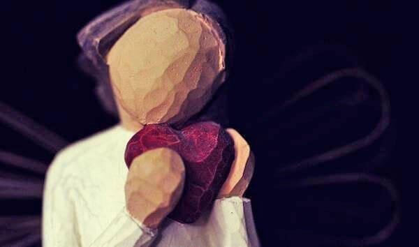 Træfigur holder hjerte
