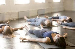 Mennesker der dyrker yoga