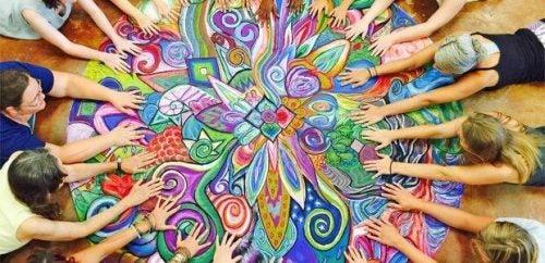 En grupper mennesker nyder fordelene ved kunstterapi